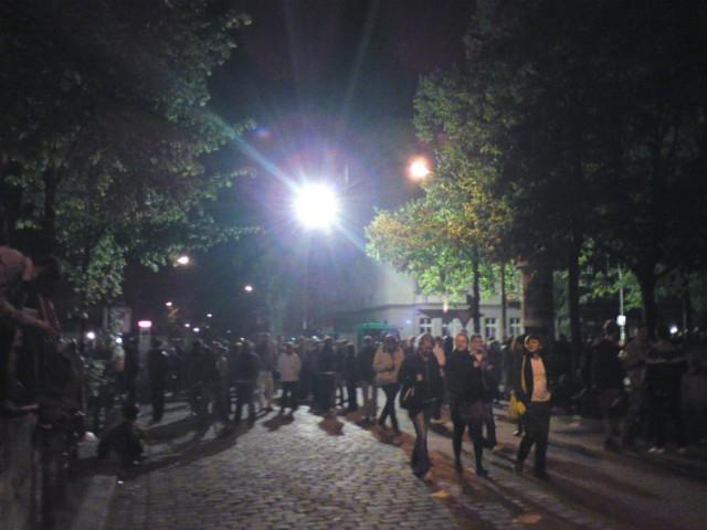 Scheinwerfer der Polizei erhellen am Vorabend des 1. Mai den Boxhagener Platz in Berlin